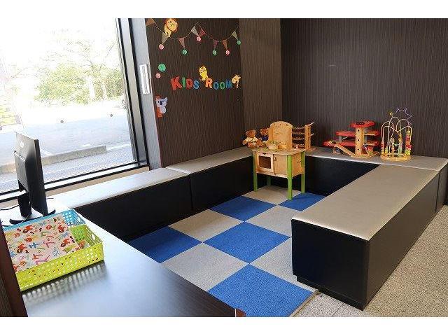 ●弊社にはキッズルームも完備しております。絵本や積み木のおもちゃなどの遊び道具もございますのでお子様を飽きさせません。乳児のお子様を寝かせるベッドも完備です♪