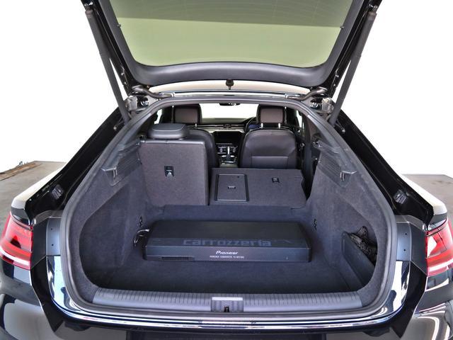 後席のシートバックは前方に倒せます。大きな荷物を積むことができます。