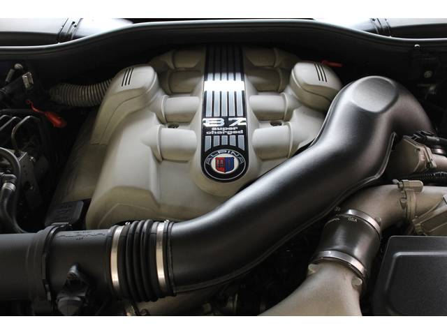エンジンはアルピナ製V8-4.4Lスーパーチャージ500PS(カタログ値)です。お問い合わせは全国フリーダイヤル0066-9702-387406までお気軽にお問い合わせ下さいませ。