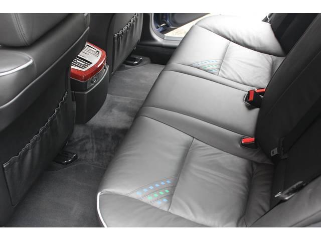 リアシートもブラックレザーシート、前後共に使用感等殆ど無く、禁煙車です。お問い合わせは全国フリーダイヤル0066-9702-387406までお気軽にお問い合わせ下さいませ。