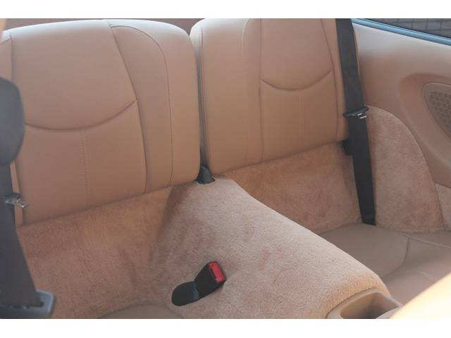 リアシートもベージュレザーシート、使用感等殆ど無く、禁煙車でとても綺麗なお車です。お問い合わせは全国フリーダイヤル0066-9702-387406までお気軽にお問い合わせくださいませ。