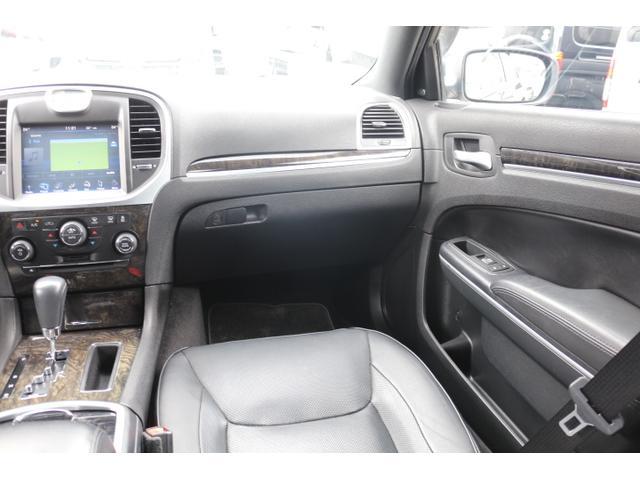 助手席足元も余裕のスペース!黒革パワーシートにシートヒーター・クーラーで快適です!