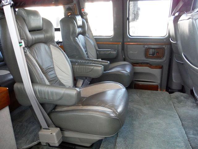 セカンドシートはキャプテンシートで、リクライニング&スライドします。