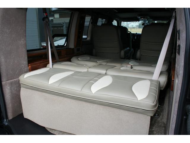 サードシートは電動によってフラットになります。前後のスライドも可能です。大人の方でもゆったり寝ることが出来ます。
