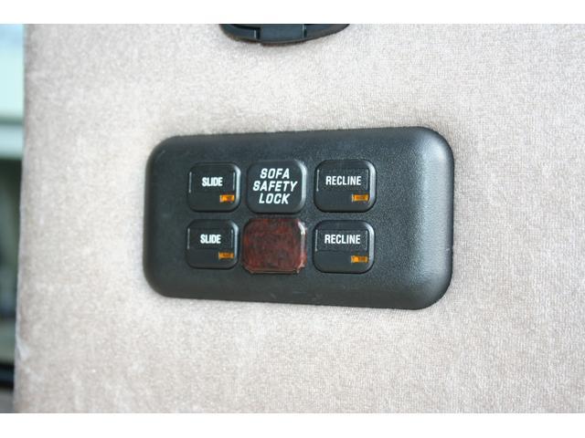 サードシートを作動させるスイッチが右リアの内側に有ります。