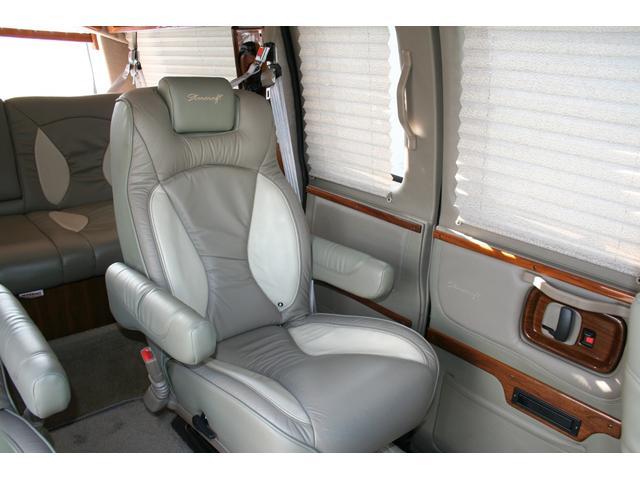 セカンドシートはゆったりと座れる肘掛け付のキャプテンシートです。