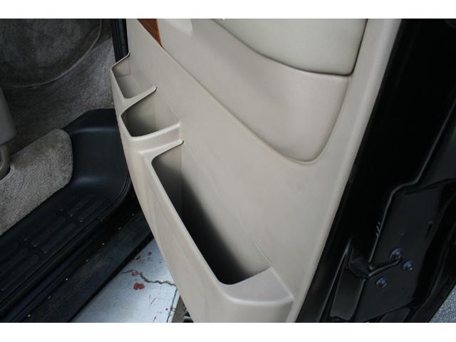 運転席・助手席には大きなドアポケットがあります。