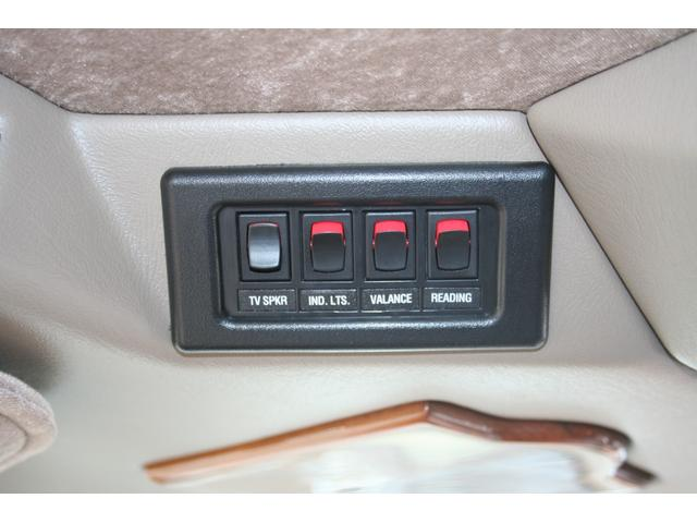 リアのイルミネーション関係のスイッチが運転席上部に御座います。