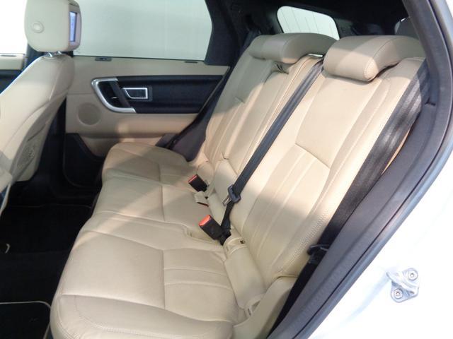 ゆとりがあり快適に過ごせる2列目シート!運転席と助手席に1個ずつ8インチスクリーンを設置する「リアシート・エンターテイメント・システム」装備!