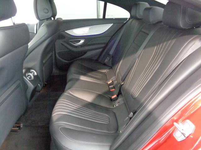 クーペルックでも大人がしっかりと座れる十分な車内空間を実現!