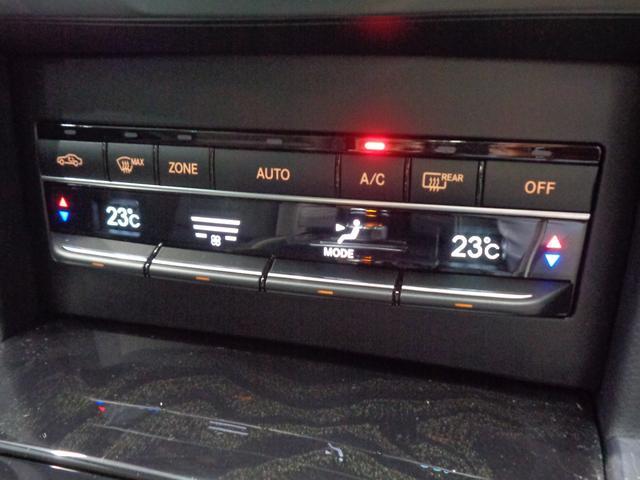 運転席と助手席のそれぞれで温度設定が可能。ダストとチャコールのコンビフィルターを備えているクライメートコントロール!