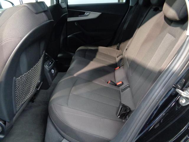 リヤシートは十分満足できる室内空間が広がります!