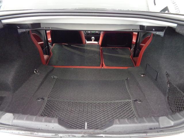 後席のバックレストを2分割に倒すことで、大きな荷物の収納に対応可能!