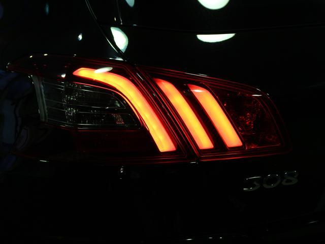 GTライン ブルーHDi ブラックパック 禁煙車輌 新車保証継承 特別仕様車 ディーゼルターボ  取扱説明書 新車時保証書 点検記録 スペアキー 18インチブラックアロイホイール ダーククロームライオンエンブレム ラックフロントグリル(80枚目)