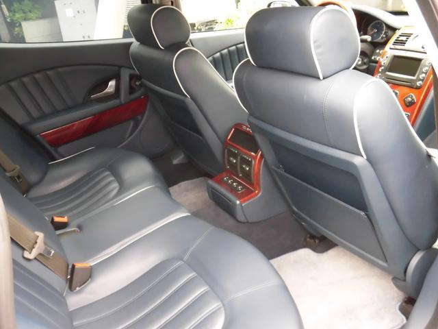 ●リヤシートにもシートヒーターを装備します ●電動リクライニングシート