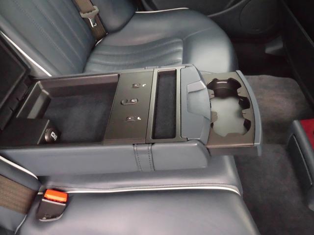 ●リヤアームレストにはドリンクホルダー装備 ●後席シートヒーター装備