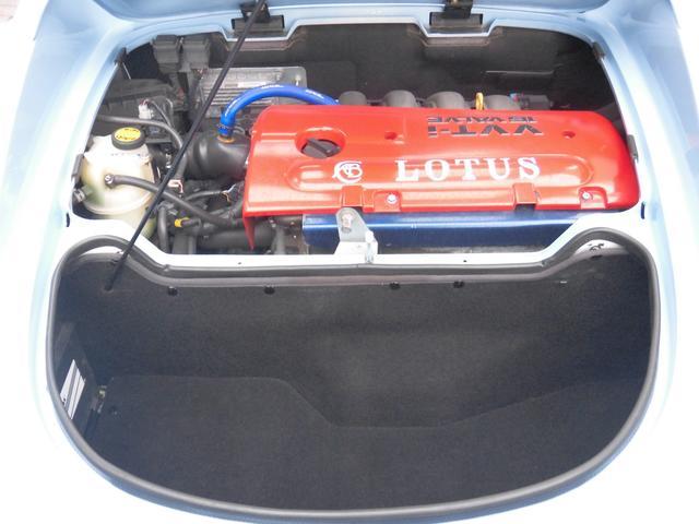 ●リヤフードを開けるとミッドシップされたエンジンとトランクスペースが現れます