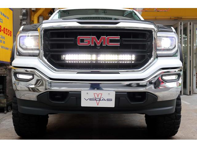 オートヘッドライト付き純正HIDにLEDポジショニングライト及び社外LEDワークライト/LEDフォグも装備です。リアベッドは鍵付きハードトノカバー及びGM純正ラバーベッドマットとリアヒッチも付きます。