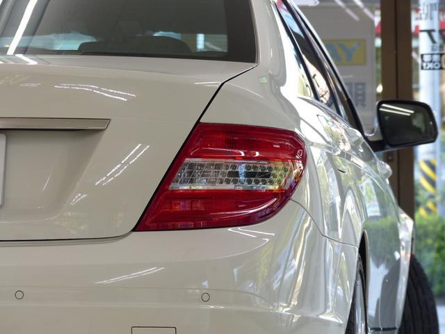 外装色は綺麗な純正カルサイトホワイトにAMG製フロントスポイラー・サイド&リアスカート・18インチアルミホイールが装備されダイナミックなスタイリングを演出!!