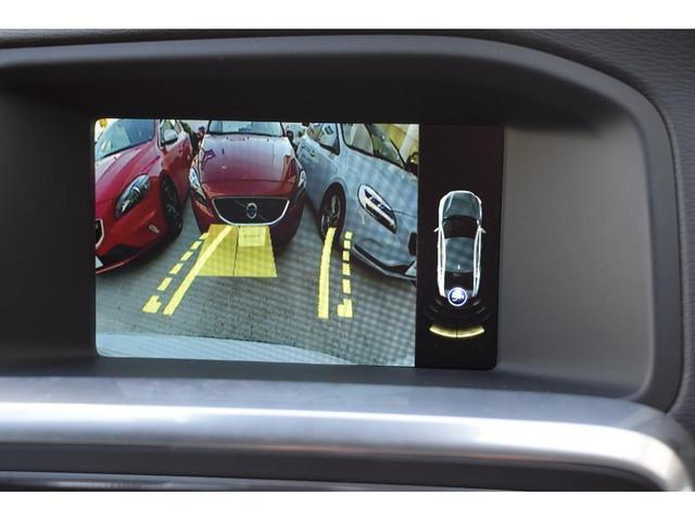 バックギアにシフトした際にモニタ-が切り替わり、後方の映像を7インチワイドディスプレイに映し出します。