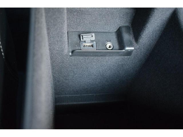 USBケーブルを差し込み携帯電話などの音楽を車で聞くことができます。