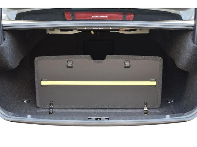 荷物用フックがカ-ゴスペ-ス2ヶ所に取り付けられています。ショッピングバック等を固定することができます。