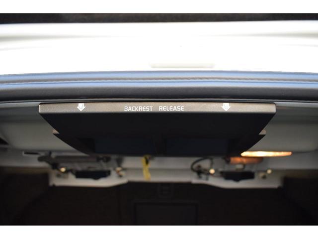 トランク側からリヤシートを倒すことが出来るので長尺物でもトランクから入れることが出来ます。