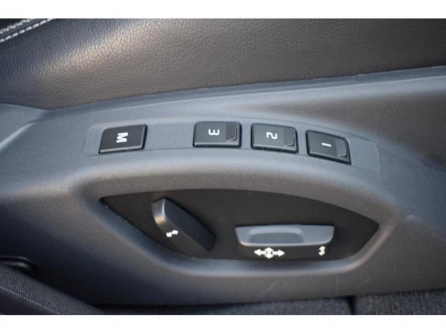 パワーシートがついているので簡単なボタン操作で、ドライビング・ポジションを見つけられます。運転席にはメモリー機能が備わっており、3人分のドライビング・ポジションを記憶します。