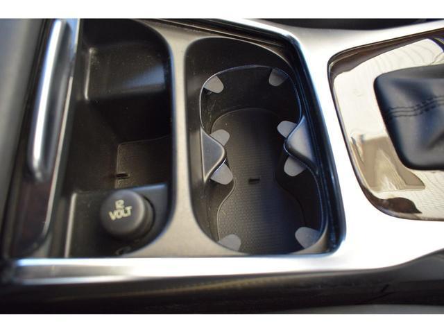 センタ-コンソ-ルには、2つのカップホルダ-と12V電源ソケットがついています。
