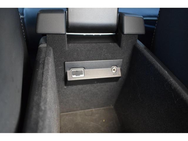 中央のア-ムレスト下には大きな収納スペ-スがあり、CD9枚、ティッシュ、携帯電話等の小物が収納でき、USB端子もございますので、アイポット等の音楽媒体も接続可能です。