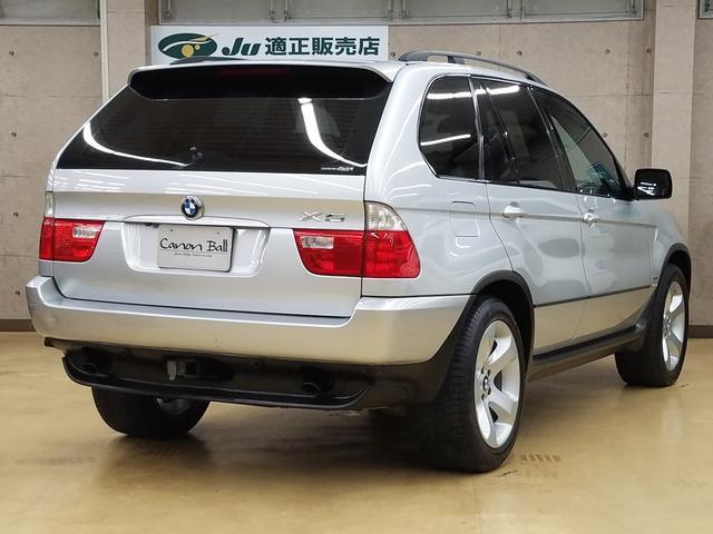 BMWが提唱するSAV(スポーツ・アクティビティ・ビークル)、すっかりお馴染みのBMW X5。鋭いふけ上がりと独特なサウンドを奏でるシルキー6エンジン搭載の3,0モデルベース。