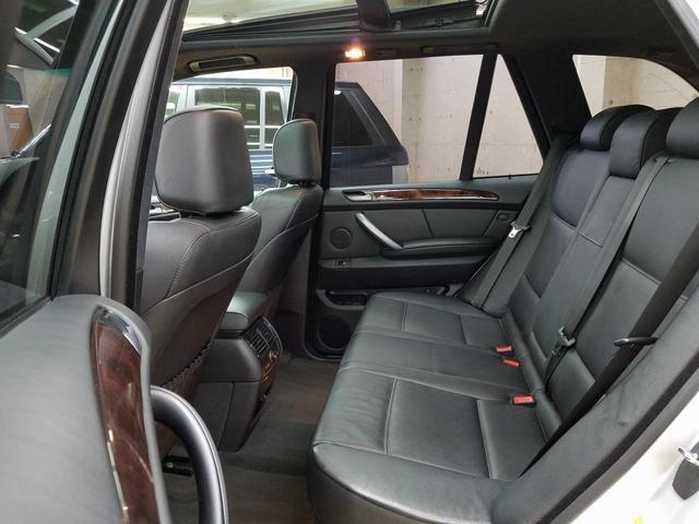 後部座席も足元が充分確保されており、ゆったりお座りいただけます。