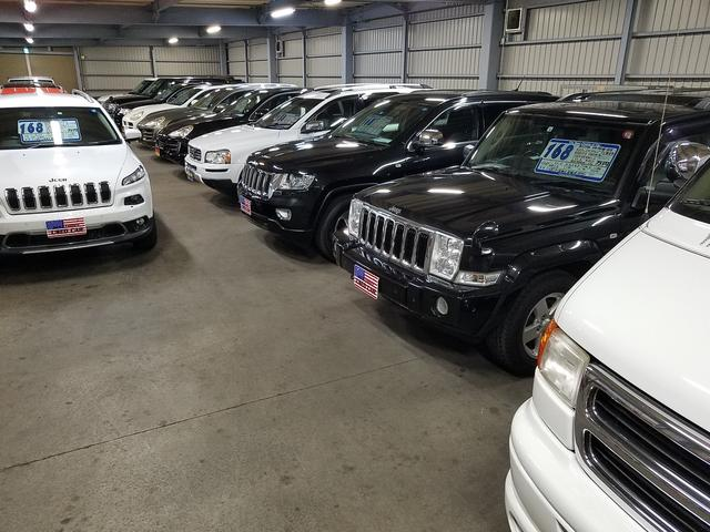 大型ガレージには輸入車SUVがギッシリ。悪天候でもごゆっくりご覧いただけます。既に売約済みとなった車両も注文販売システムにてご対応します。