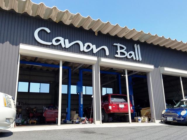 展示場に併設しております、リフト4基完備のサービス工場です。本当の専門店としてすべての車両に【ガッチリ整備】付です。