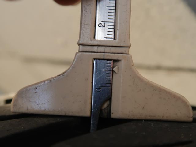 リアタイヤの残り溝の状態です。約5.5ミリ残っています。新品は約8ミリですから、半分以上残っています。
