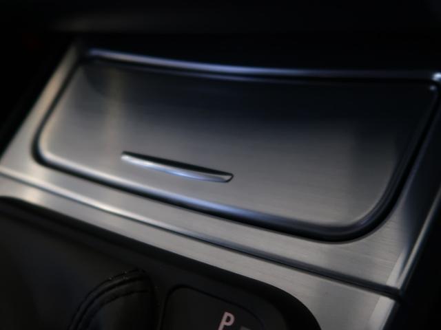 インテリア・トリムパネルは、ヘアライン加工されたアルミ製となります。クールな輝きが魅力ですね。