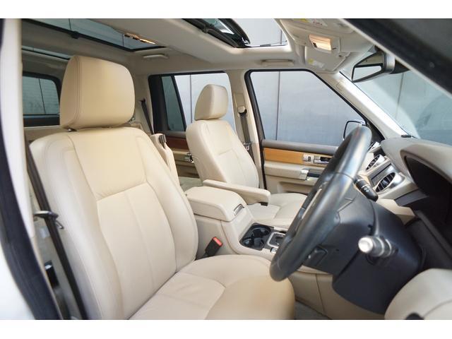 運転席には電動調整機能や、疲労を軽減するパワーランバーサポートを備え、ドライバーを快適にサポート!シートやフェイシアに施されたダブルステッチなど、丹念な造りこみも心を満たします!