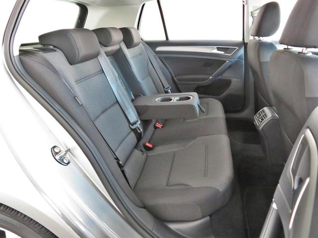"""セカンドシートはフロントシートよりも少し高く設置され、裏太もも部も少し斜めに上がっております。""""人間工学に基づいた疲れにくく、安全に同乗できる""""設計となっております。"""