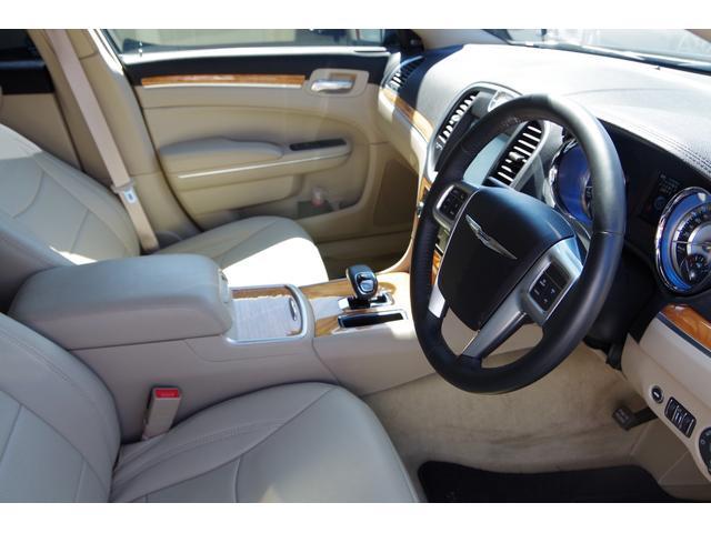 300ブラック&ホワイトパッケージ+ ベージュ革調シート パナソニック製ナビ 地デジ バックカメラ ソナー BOSS22インチAW ブラッククロームグリル クロームセンターピラー Bluetooth スマートキー バイキセノン(4枚目)