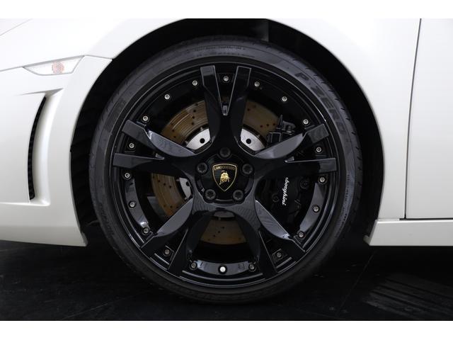 足下は専用のブラックアウト19インチ鍛造アルミホイール(フロント8.5×19、リア11×19)「P ZERO(フロント235/35 ZR19、リア295/30 ZR19)」の組み合わせとなっております