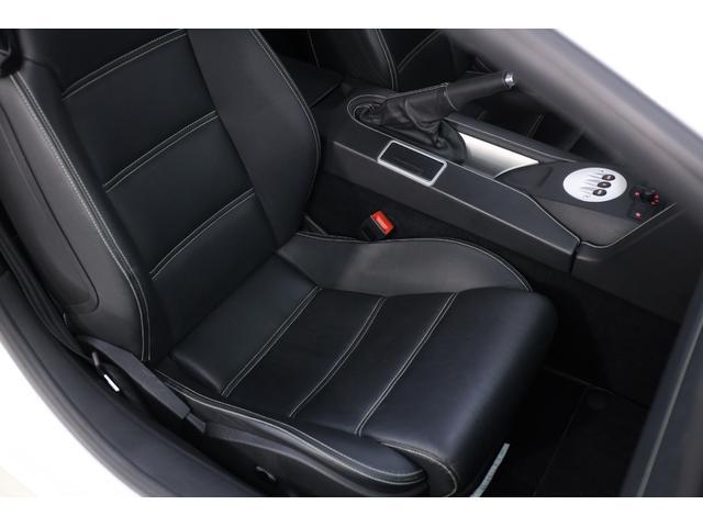 黒を基調とし、シンプルでスポーティなインテリアが魅力的です。ホールド感のあるシートですので、高速走行時も安心です。