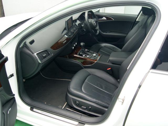ウッドパネルとレザーシートで高級感のある車内