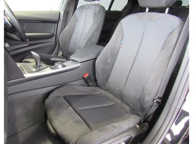 シートはMスポーツ専用のアルカン&ファブリックのコンビシート。前席は電動シートを装備。