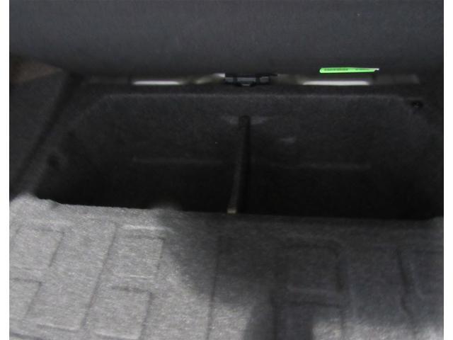 トランクカバーの下には収納スペースがあります。