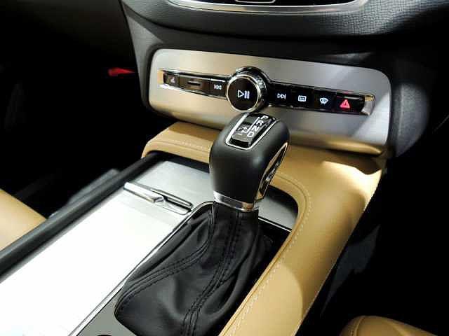 マニュアル操作もできるオートマチック 周りのスイッチ類は少なめに設計されたシンプルな北欧デザイン