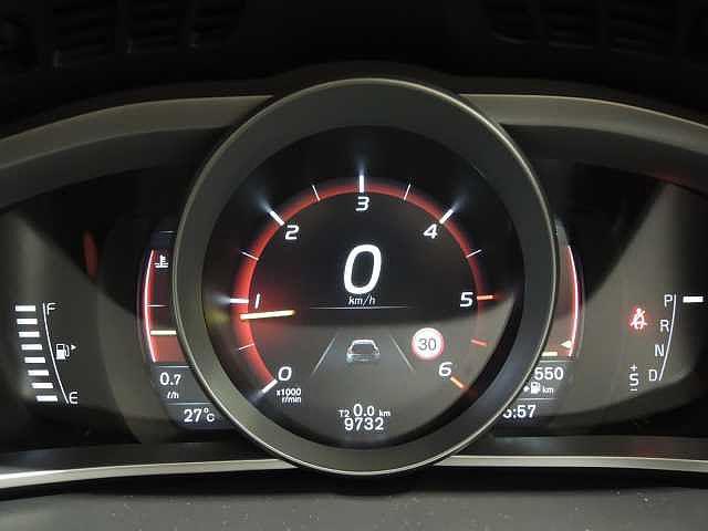 3テーマ選択式のデジタル液晶メーターパネル 瞬間燃費・平均燃費・平均時速・走行可能距離など様々なインフォメーションもここに表示されます