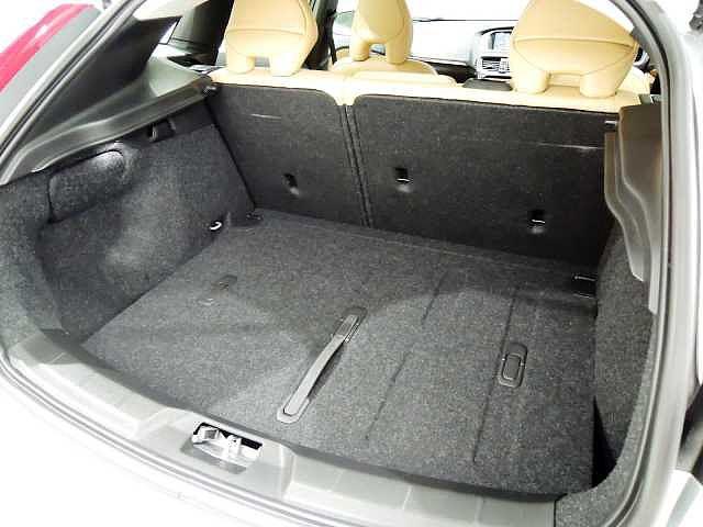 ラゲッジスペース床面には、買い物した物などを固定できるグロサリーバックホルダーを装備