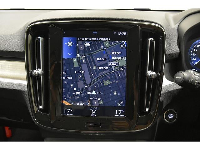タッチスクリーンやボイスコントロールで操作が出来る9インチの大型センターディスプレイ