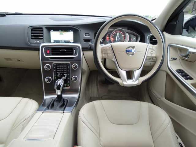 ボルボ ボルボ V60 CCT5AWD 純正リアシートDVD再生モニター付 元試乗車