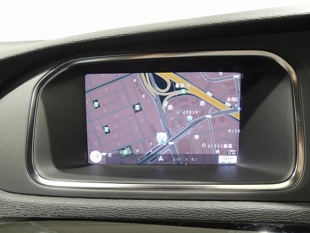 ステアリングスイッチで操作が可能なナビゲーションは地デジチューナー付き。駐車時にはバックモニターにもなります